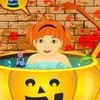 Bambino di Halloween che bagna gioco